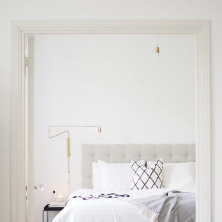 Char and the city - White, classic and Scandinavian bedroom - read more on the blog:  http://www.idealista.fi/charandthecity/2016/08/30/suuri-makuuhuone-postaus #bedroom #interior #white #apartment #scandinavian #trademax #housedoctor #balmuir #hay #diptyque