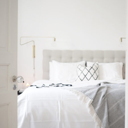 Char and the city - peek into my bedroom - read more on the blog: http://www.idealista.fi/charandthecity/2016/08/26/kurkistus-makuuhuoneeseen #apartment #bedroom #bedding #scandinavian