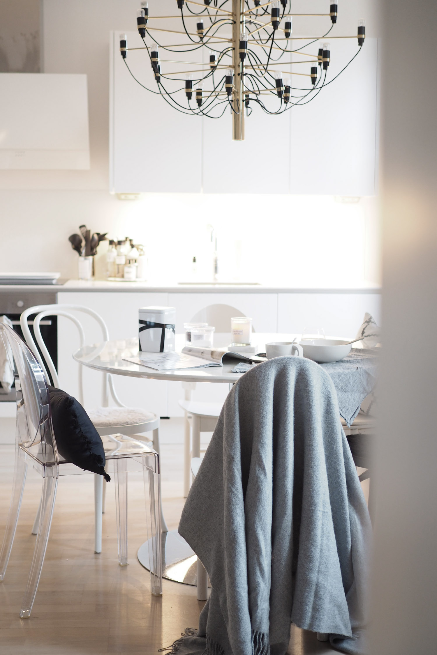 C and the city - Dining table and kitchen ready for breakfast - see more pics on the blog: http://www.idealista.fi/charandthecity/2016/11/21/ruokailutilan-talvikuteet #candthecity #interior #kitchen #tablesetting #breakfast #balmuir #flos