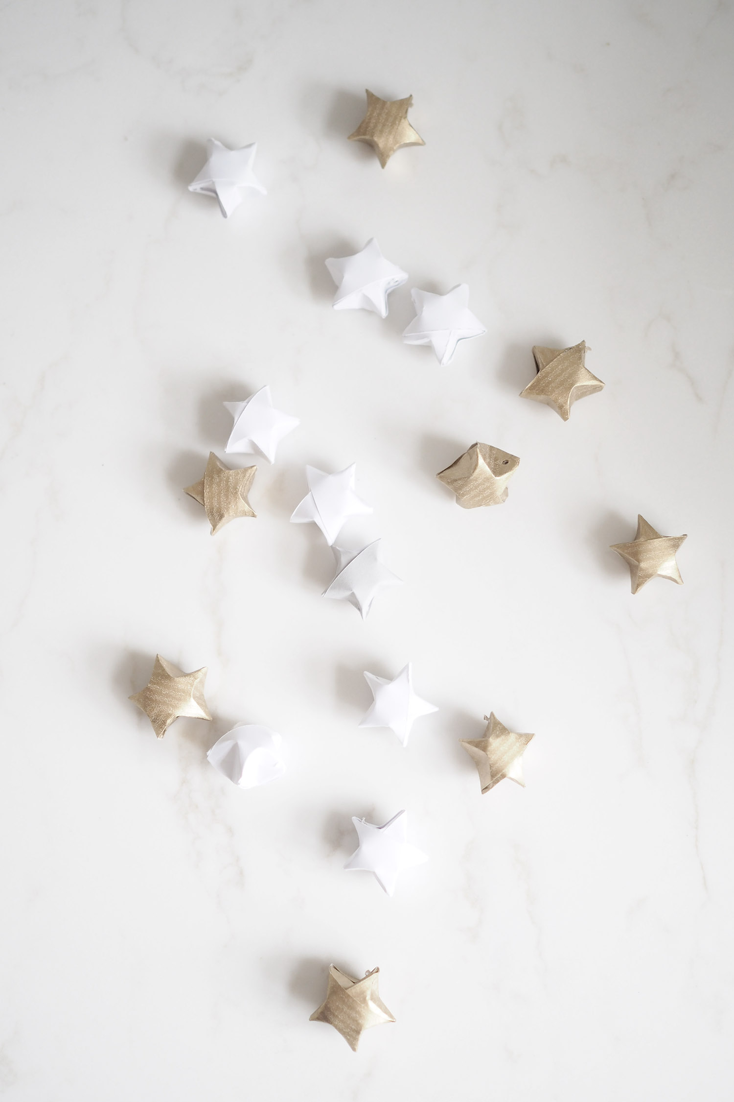 C and the city - How to make DIY small star christmastree decorations - see how on the blog: http://www.idealista.fi/charandthecity/2016/12/05/nain-teet-tahtikoristeet