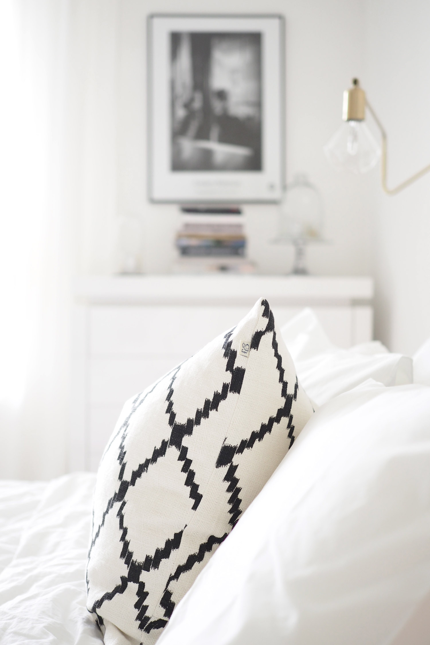 Char and the city - White, classic and Scandinavian bedroom - read more on the blog: //www.idealista.fi/charandthecity/2016/08/30/suuri-makuuhuone-postaus #bedroom #interior #white #apartment #scandinavian #trademax #housedoctor #balmuir #hay #diptyque