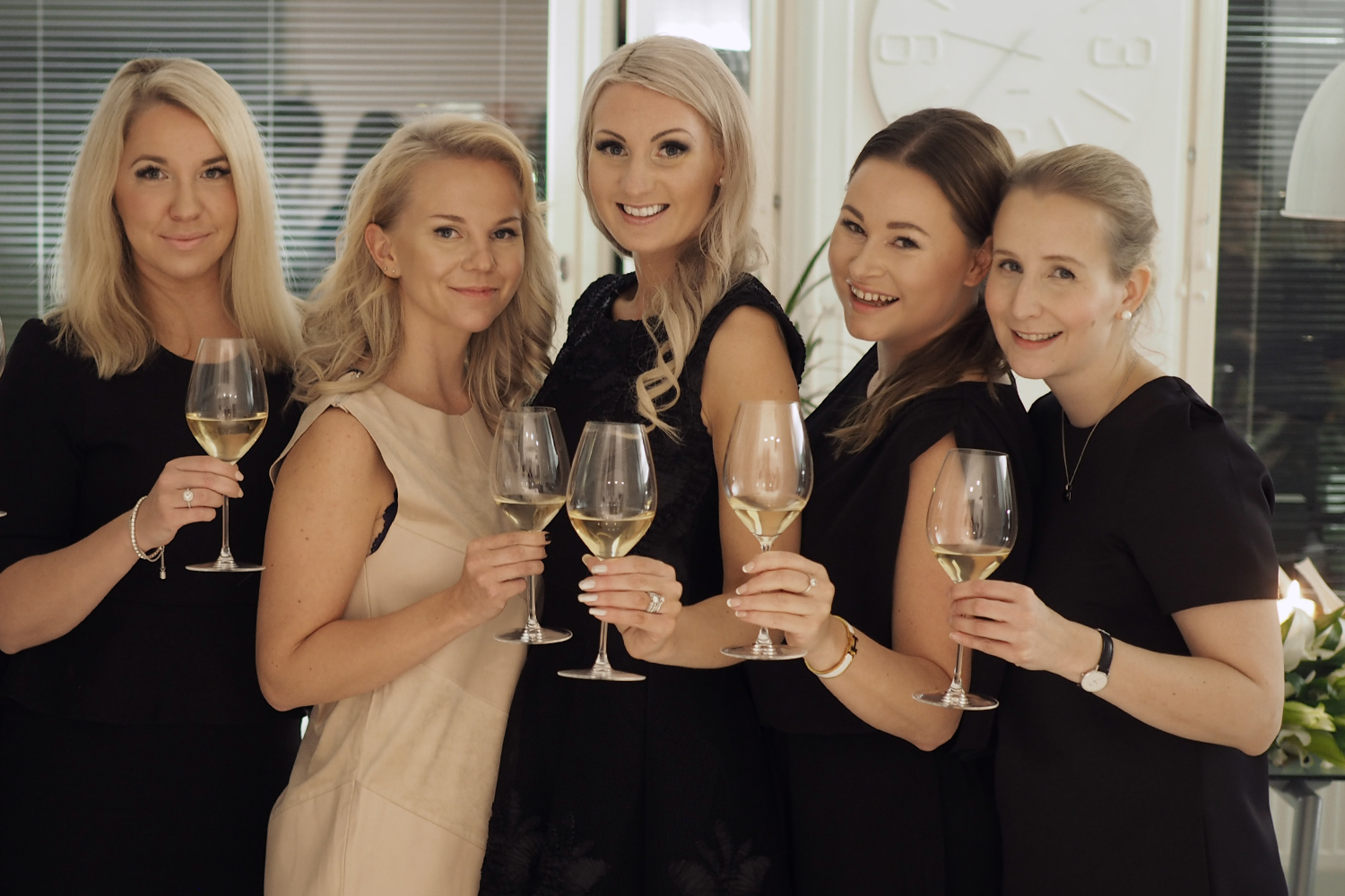 C and the city - The most stylish birthdayparty - champagne, lilies and cake! - more pics and ideas on the blog: //www.idealista.fi/charandthecity/2016/11/27/talven-tyylikkaimmat-juhlat
